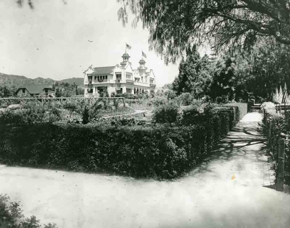 DeLongpre Residence's garden photo