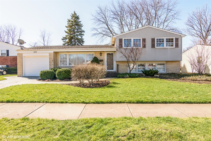 2215 Champlain Ln, Arlington Heights, IL  60004