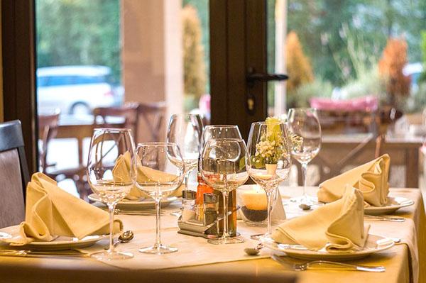 Dining - Image Credit: https://pixabay.com/en/users/neshom-447256/