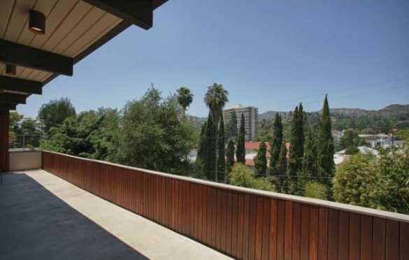 cantelevered deck of Los Feliz Post and Beam home