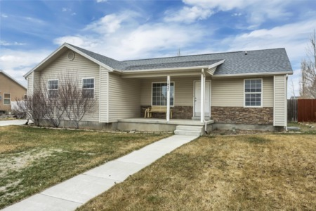 NEW LISTING! Fantastic single-family home for under $285k!