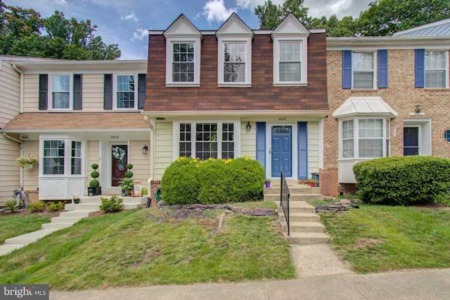 New listing for sale of this charming townhouse in Lake Ridge
