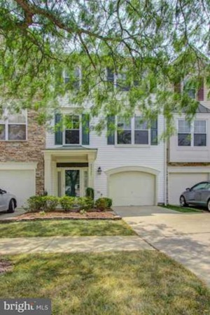Incredibly well maintained and clean 1 car garage Townhouse!