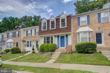 Charming Townhouse sited in the Lake Ridge community w/tons of amenities to enjoy!