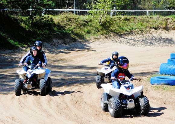Family on Quads - Image Credit: https://pixabay.com/en/users/uwebeierbergen-525319/