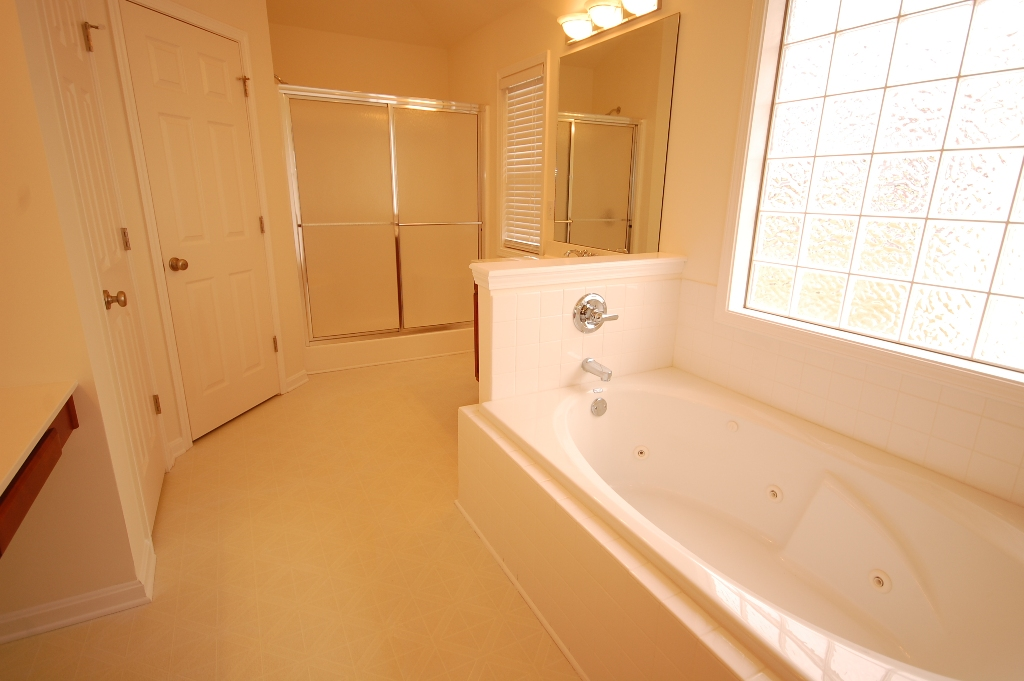 10731 Copper Ridge Drive Louisville, Kentucky 40241 Master Bathroom