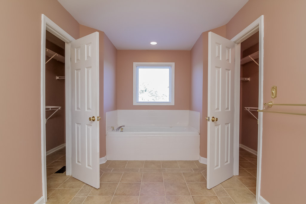 3103 Wynbrooke Circle Louisville, KY 40241 Master Bathroom