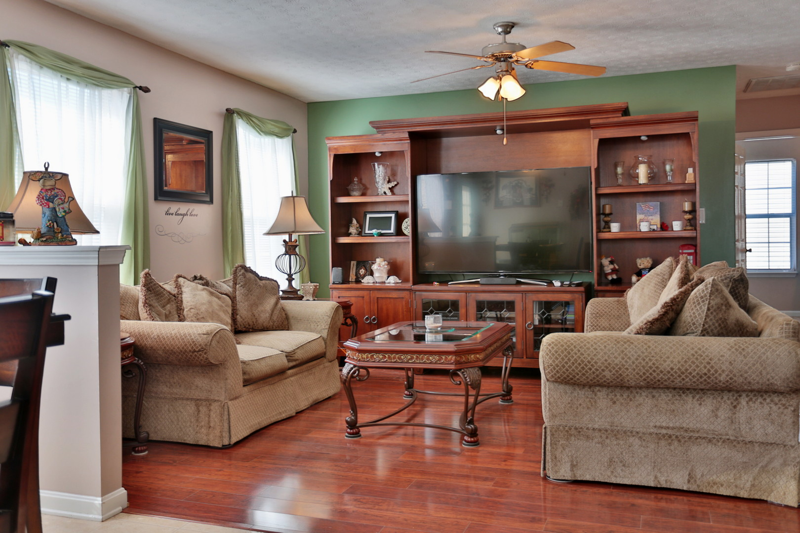 542 Oak Grove Blvd. Shepherdsville, KY 40165 Living Room