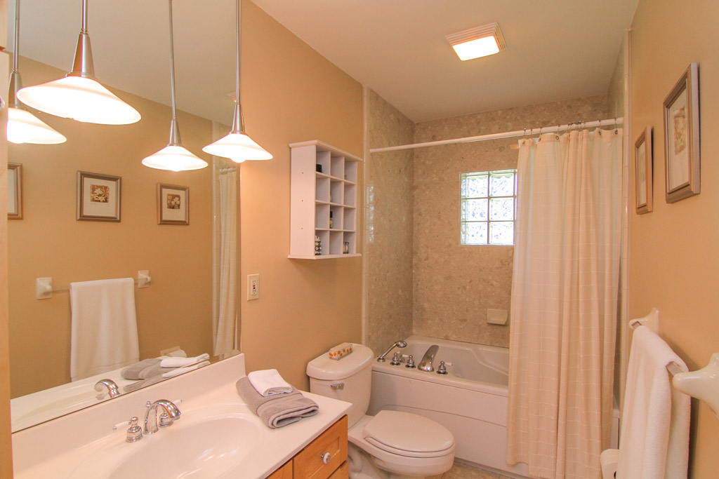 9805 Longwood Circle Louisville, KY Bathroom