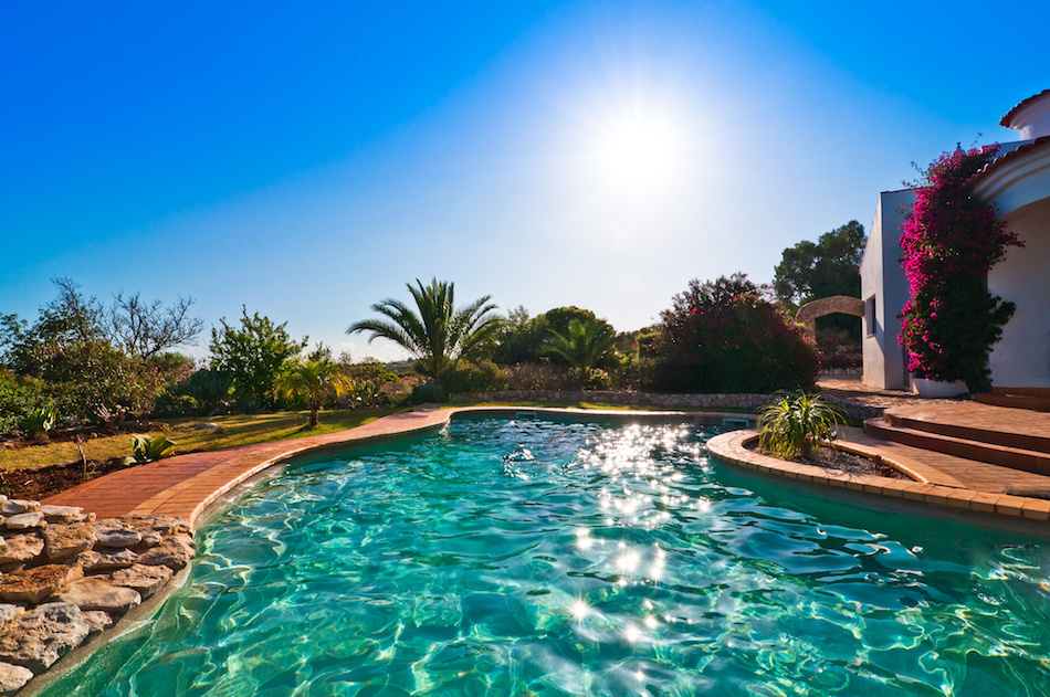 Should You Install a Chlorine Pool or a Saltwater Pool?