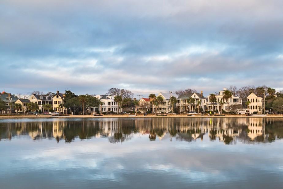 historic-charleston-homes-along-colonial-lake