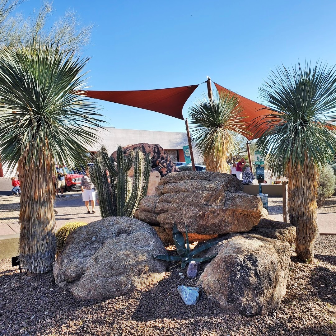 beautiful rocks and yucca plants at carefree az desert gardens
