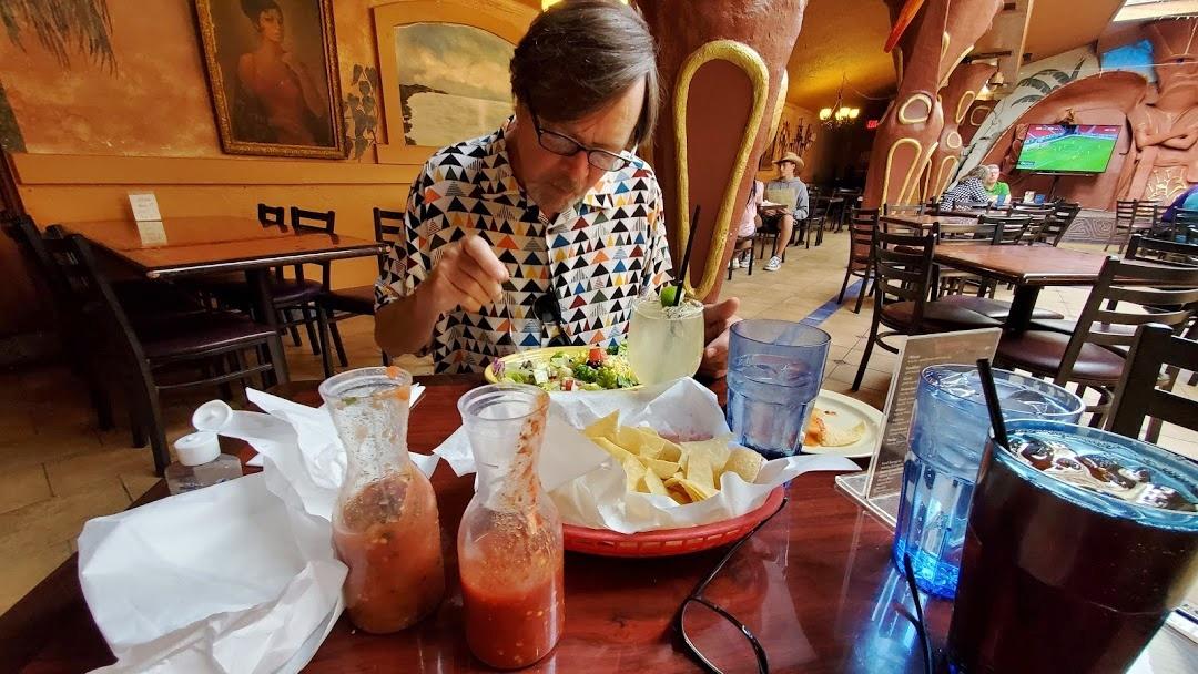 eating in los olivos bar area