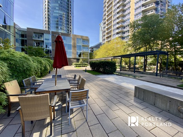 Outdoor dining at Atwater Place