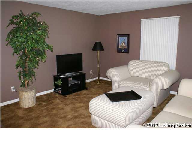 410 Chenoweth lane living room