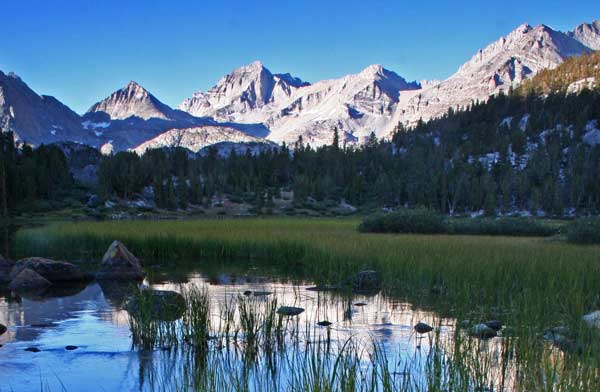 MOUNTAIN SCENERY SURROUNDING MAMMOTH LAKES