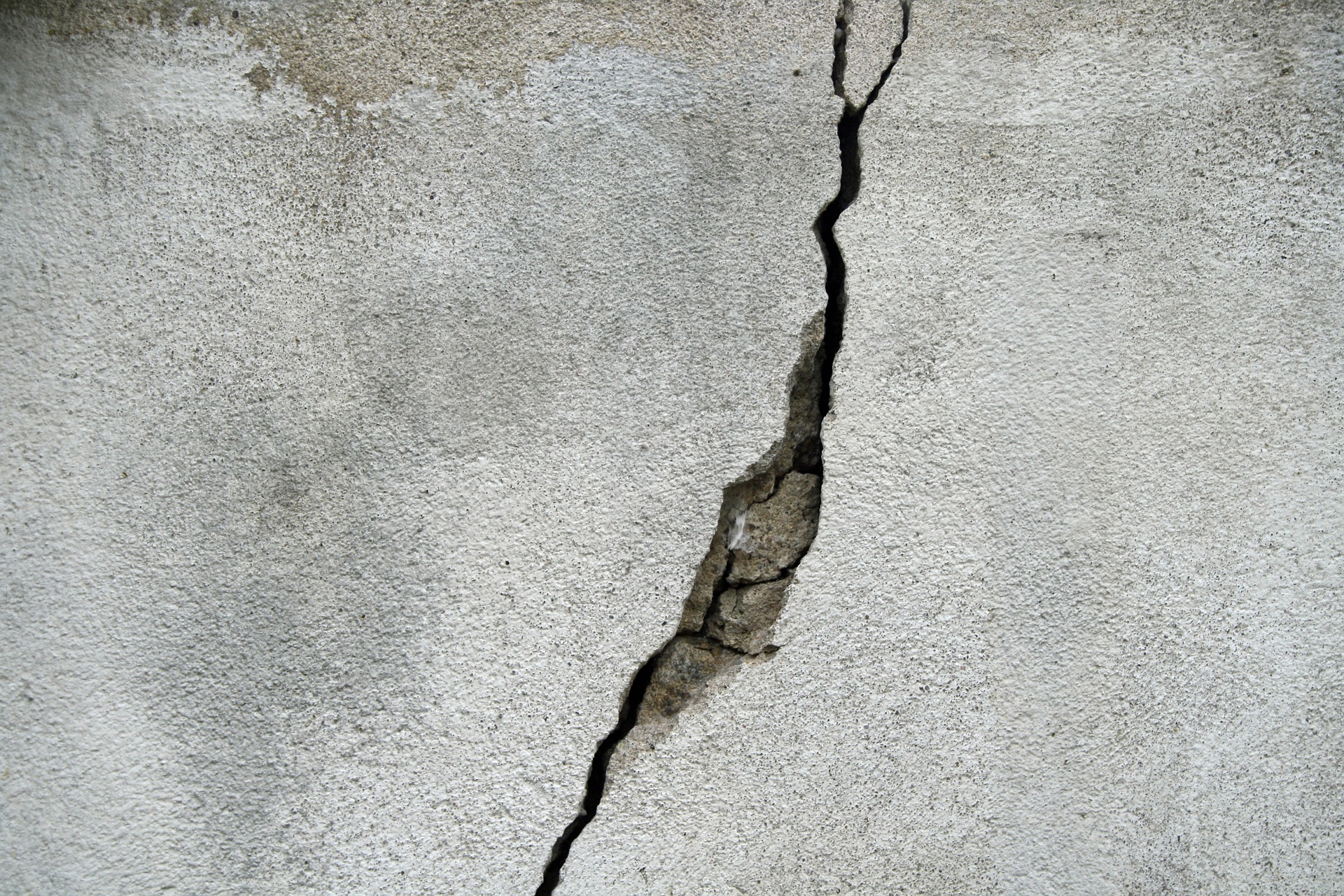 picture of cracked concrete wall foundation issues when selling home