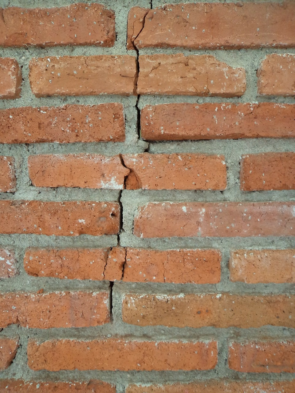 picture of cracked brick for article on foundation problems while selling a home
