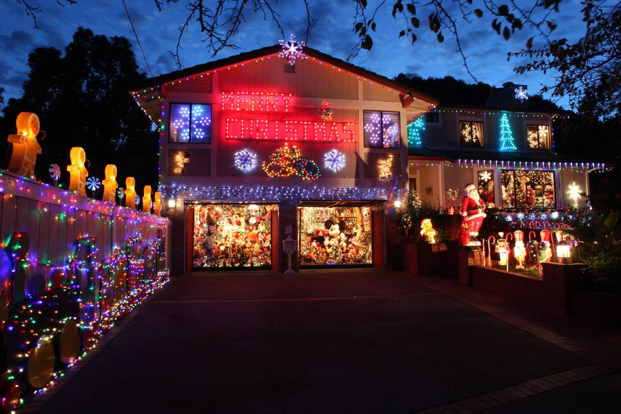 mickey_mouse_christmas_house_1280