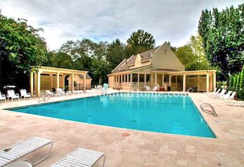 The pool and neighborhood amenities at Sweet Bottom Plantation in Duluth, GA.