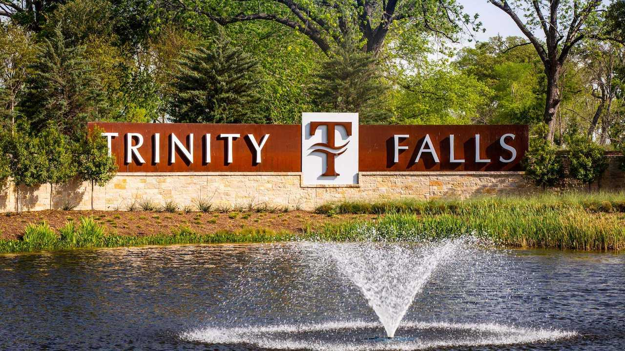 the entrance to trinity falls in mckinney tx