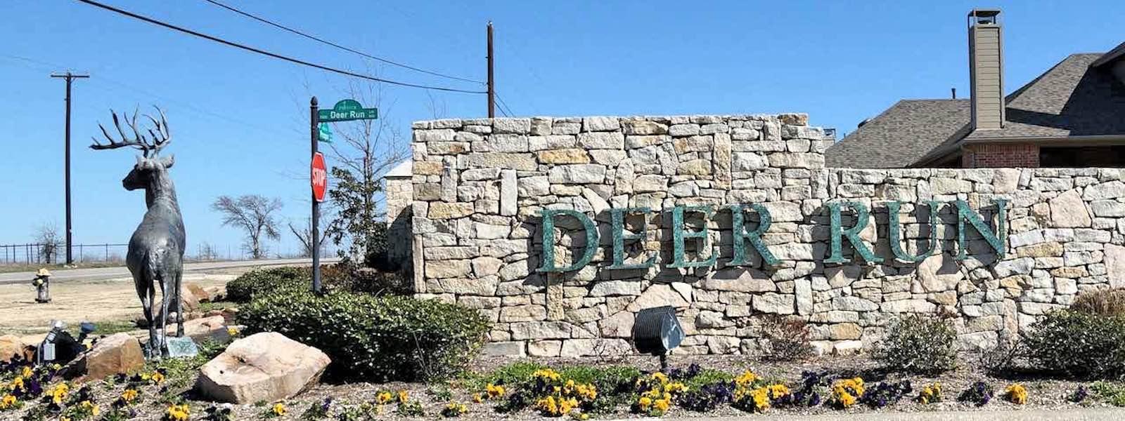 The entrance to deer run in prosper tx